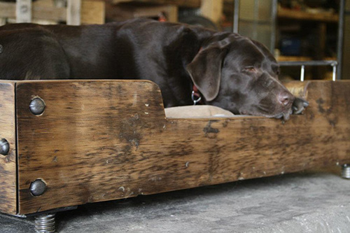 psí postel ze dřeva